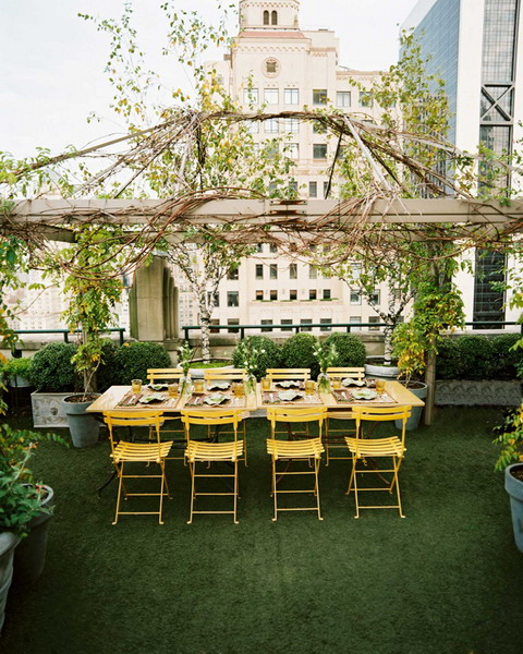 kientrucnhangoi-yellow-chairs-roof-garden-pergola